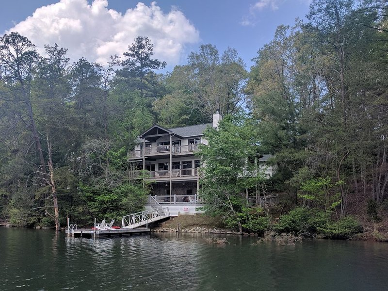 Quiet Lakeside Mountain Retreat on beautiful Lake Santeetlah, alquiler de vacaciones en Robbinsville