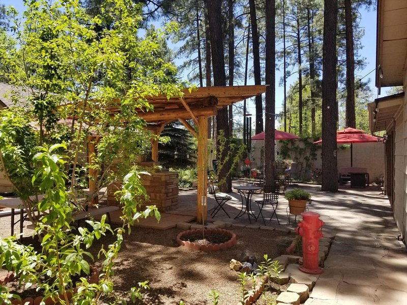 Cozy, Quaint, Private Guest House with a spectacular relaxing courtyard., location de vacances à Pinetop-Lakeside