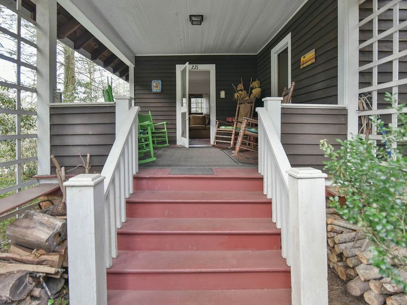 Large 100-year-old family cottage, claw-foot bathtub & lots of deck and porch, location de vacances à Black Mountain