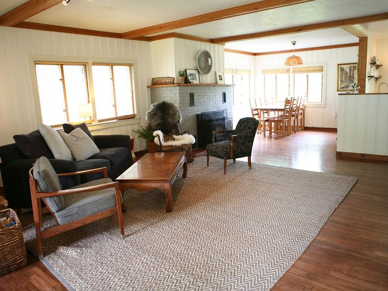 Beautiful open floor-plan home - close to Ithaca, holiday rental in Brooktondale