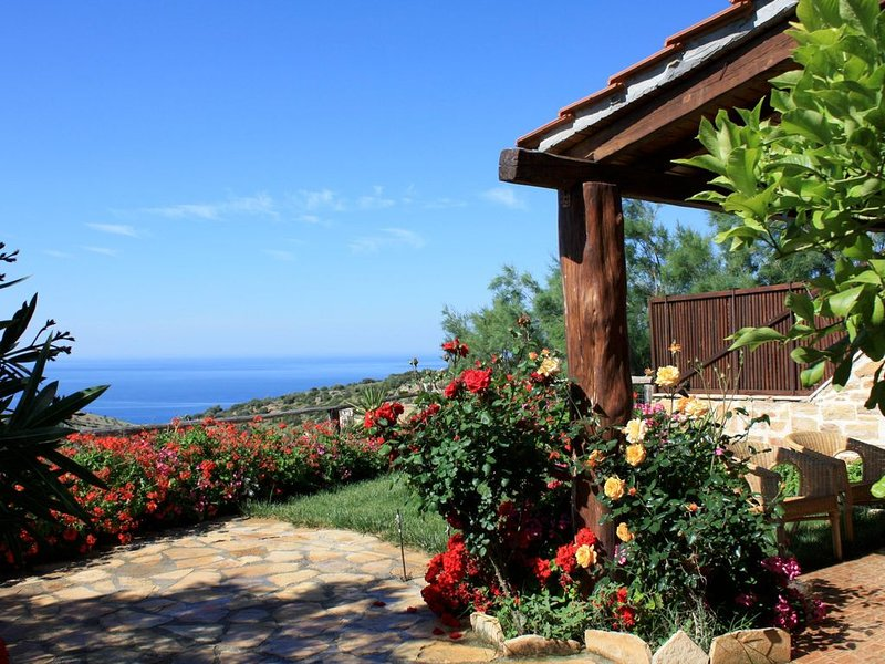 Panoramablick aufs Meer, fußläufig zum Strand, Wifi  - Ferienhaus Triopetra, Kre, holiday rental in Kerames