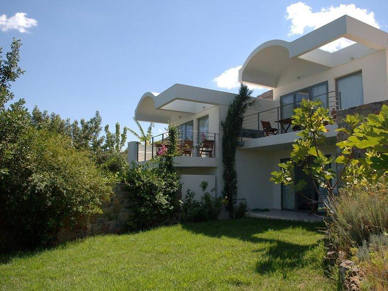 Schönes, modernes Ferienhaus mit Pool, Wifi, Meerblick - Elounda, Kreta, holiday rental in Elounda