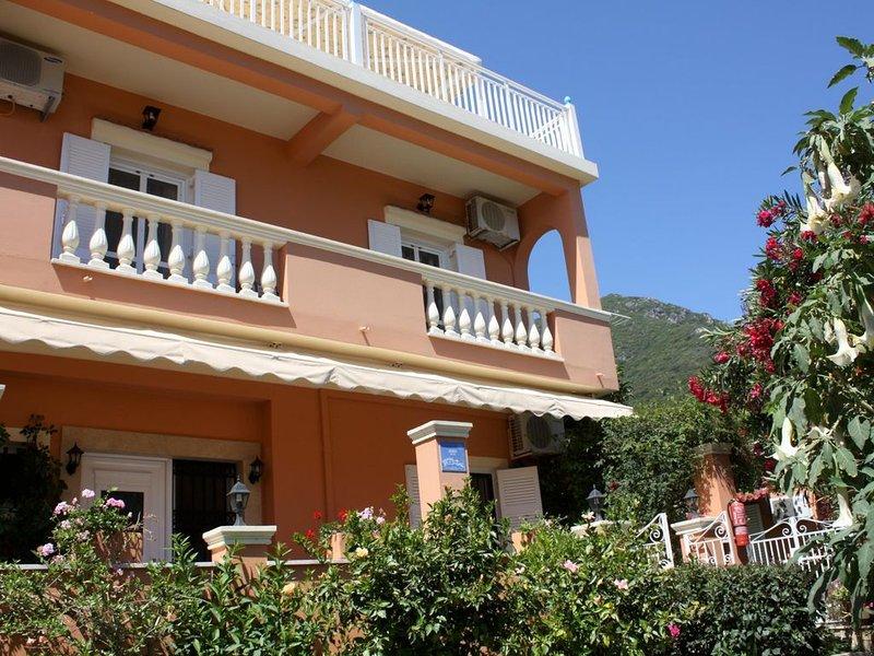 Ferienwohnung direkt am Meer, große Terrasse, einmaliger Meerblick | Paramonas,, holiday rental in Agios Matthaios