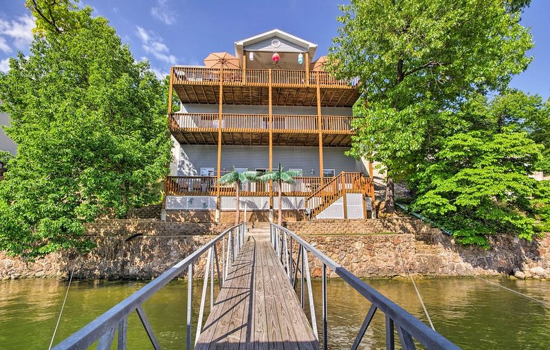 Sale $295 Large Lakefront Home Private Dock In Cove Sleeps 23, vacation rental in Gravois Mills
