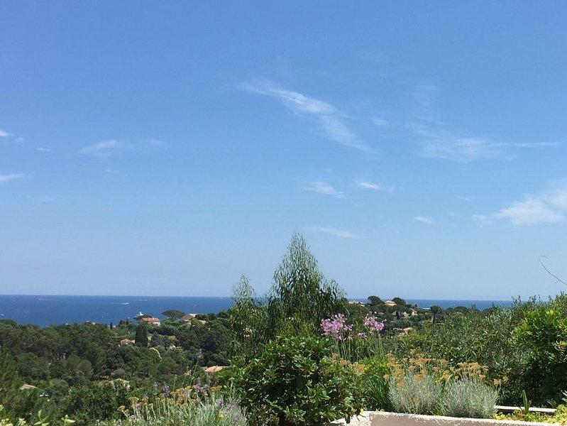 Belle villa, vue mer sur le golf de Saint Tropez, piscine privée & tennis, location de vacances à Grimaud