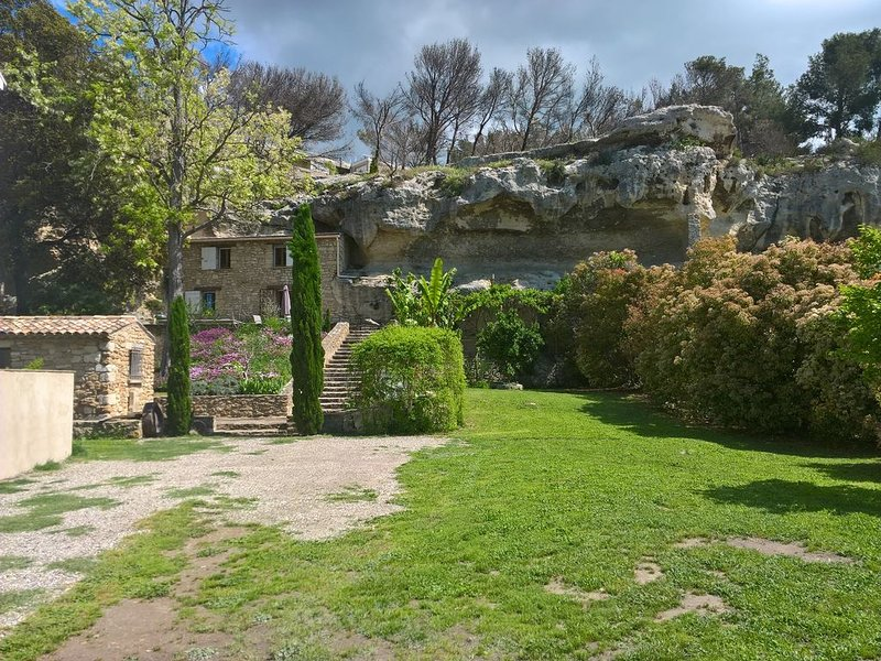 MAISON DANS LA ROCHE EN PROVENCE, holiday rental in Istres