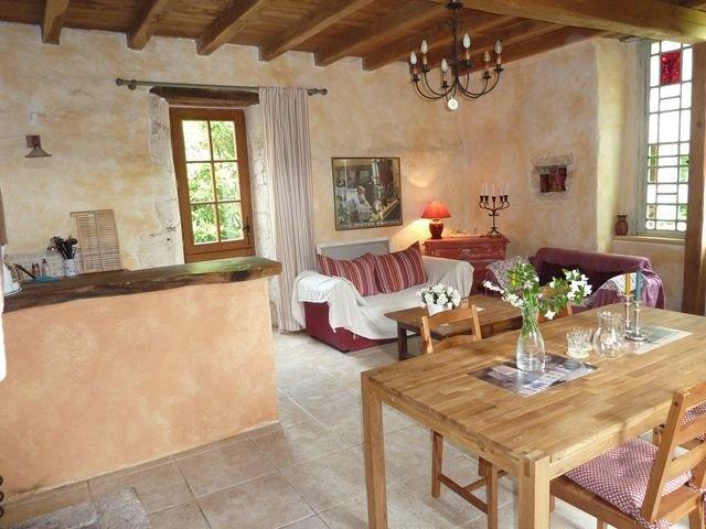 Charmante maison en pierre de 19e siecle avec jardin fleuri et clos, vacation rental in Mareuil