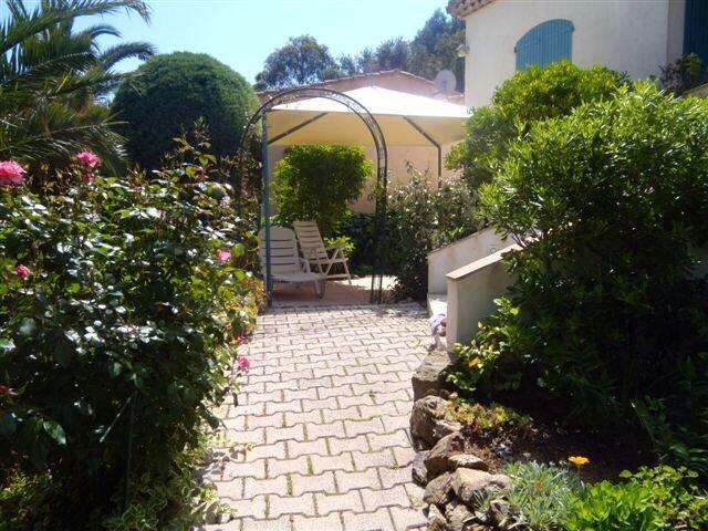 Appart climatisé  3 *   ,2  chambres à  600m de la plage gigaro avec jardin ., location de vacances à La Croix Valmer