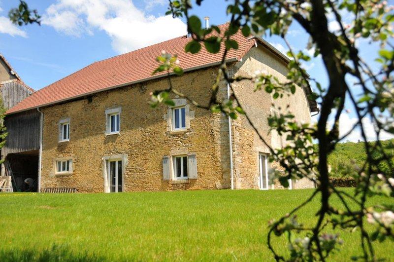 Ancienne ferme rénovée, charme, détente au coeur de la nature du plateau du Jura, holiday rental in Trepot