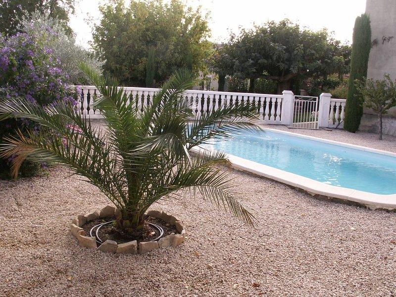 Appartement en rez de jardin arborée + PISCINE, aluguéis de temporada em Camaret-sur-Aigues