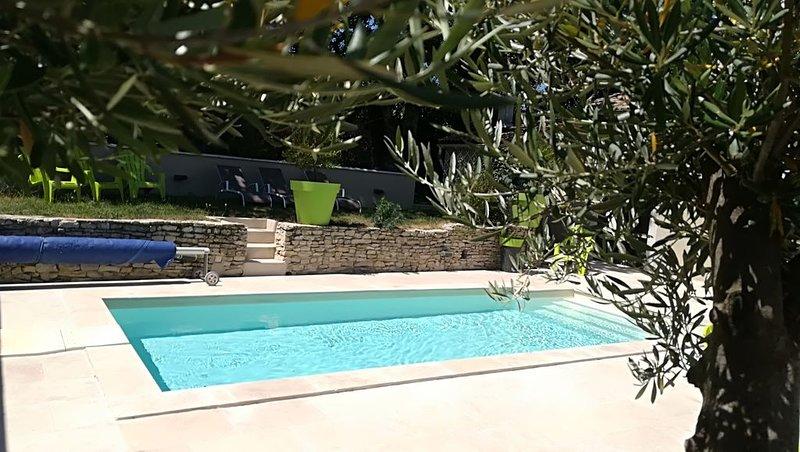 Maison avec piscine, 6 chambres.  long séjour possible contactez-nous **********, location de vacances à Sainte-Cecile-les-Vignes