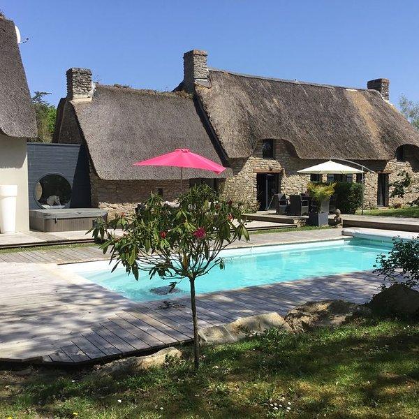 Chaumière authentique en pierres avec piscine et spa rénovée en 2018, location de vacances à Saint-Lyphard