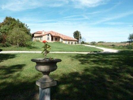 Gite de France 3 épis, piscine, practice de golf, vue superbe sur les Pyrénées, holiday rental in Estancarbon