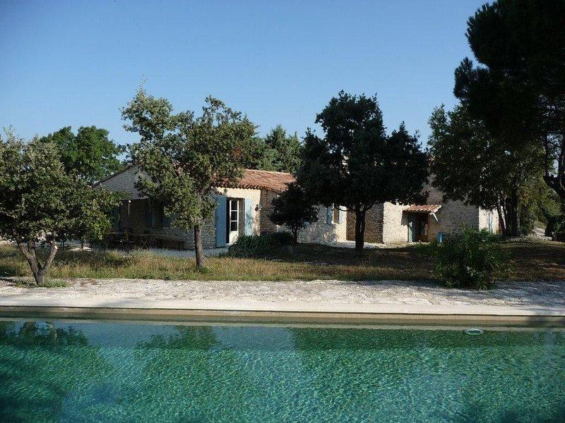 Maison en pierres, dans plantation chênes truffiers sur hauteurs de Buoux, holiday rental in Buoux