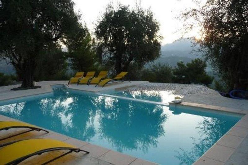 Jolie maison calme entre mer et montagne, piscine, à Contes, à côté de Nice, holiday rental in Alpes Maritimes