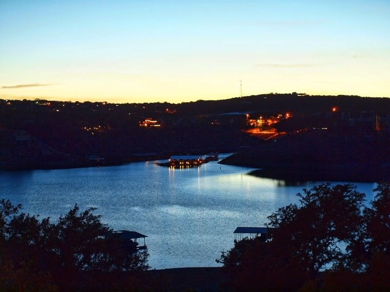 Waterfront on Lake Travis with a large Game Room for day and night activities, alquiler de vacaciones en Lago Vista