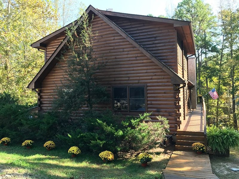 VIEW VIDEO! CHRISTMAS TREE!!!! WATERFRONT LOG HOME! LG FLAGSTONE PATIO/HOT TUB!!, holiday rental in Clarksville