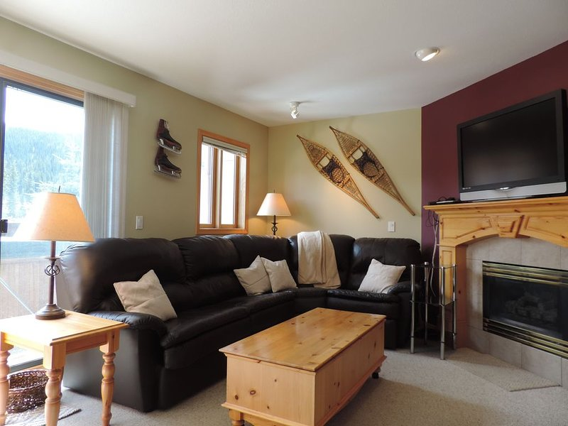 Ski-In/Out to main Lift. Snow Creek Village 3 BR 3 BA. Hot Tub. Walk to village! – semesterbostad i Sun Peaks