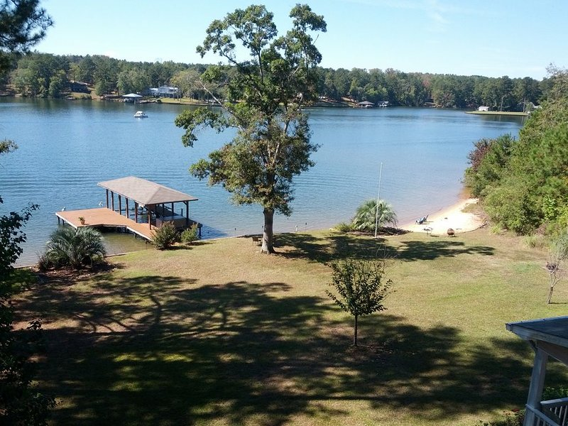 Lake Front with Spectacular View, Clear Water, and Sandy Beach, aluguéis de temporada em Milledgeville