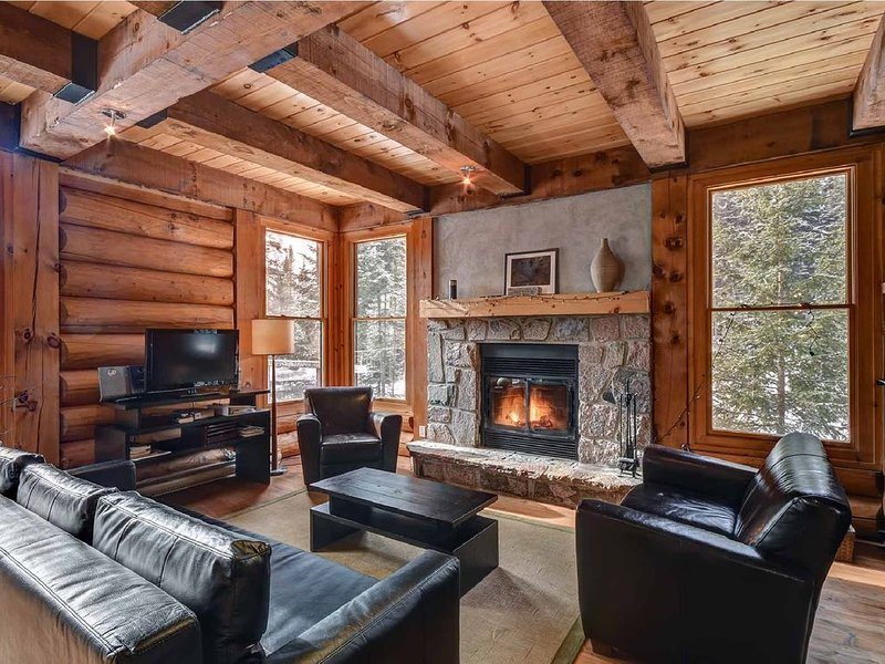 Log Wood Cottage with JACUZZI in Mont Tremblant area- Ski-Lake access, holiday rental in Val-des-Lacs