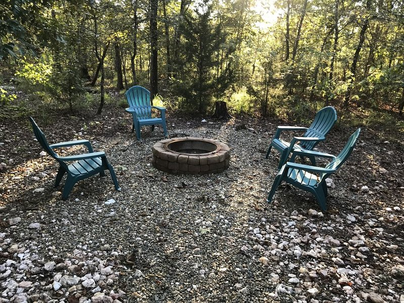 Hot tub, WIFI, Fire Pit, Honeymoon Cabin/small family cabin, vacation rental in Broken Bow