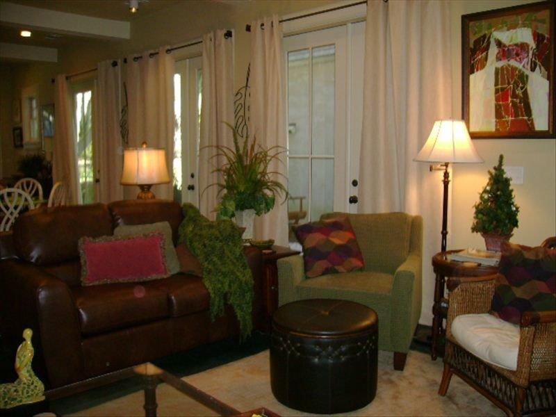 Sala de reunión abierta con cómodos asientos. Puertas francesas con acceso a patio privado.