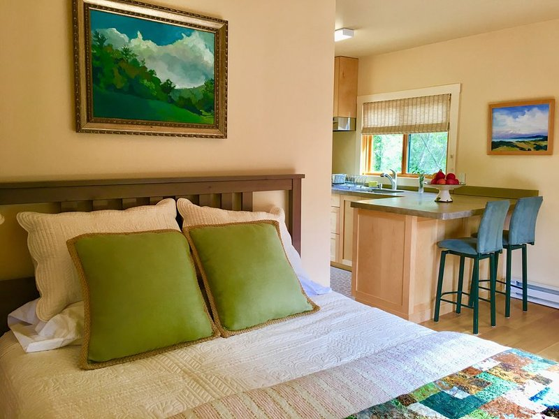 Mill Valley Nature Cottage. Sunny. Serene. Romantic Getaway. Hikers/Bikers Dream, holiday rental in Fairfax