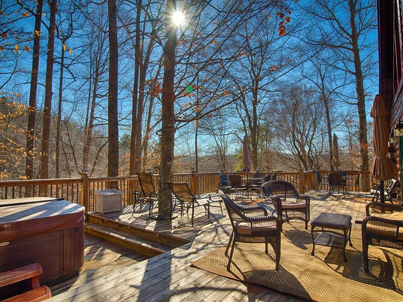5 BR Log Home on 18 acres 'Creekside' | 5 Min TIEC | Hot Tub, holiday rental in Rutherfordton
