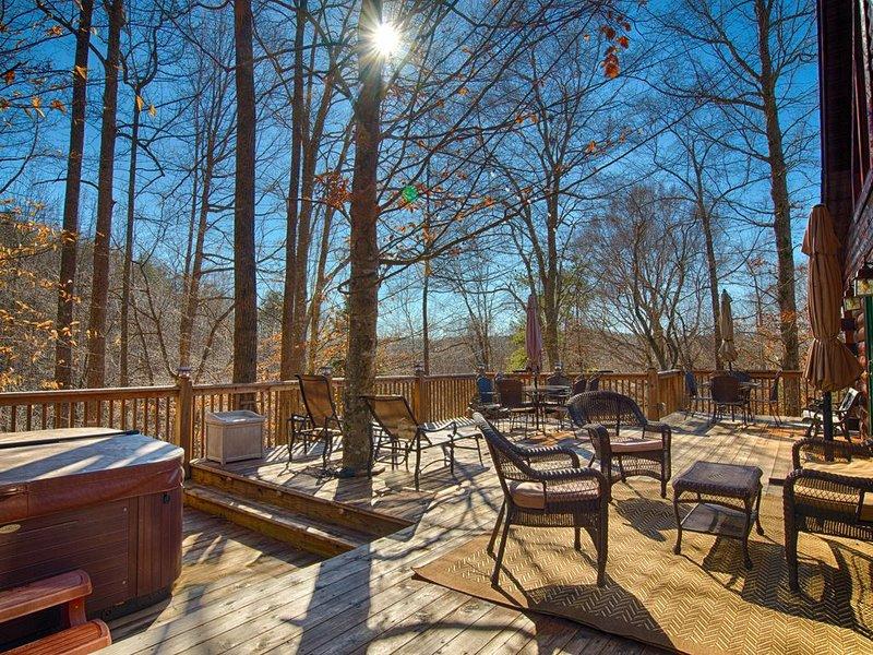 5 BR Log Home on 18 acres 'Creekside' | 5 Min TIEC | Hot Tub, alquiler de vacaciones en Bostic