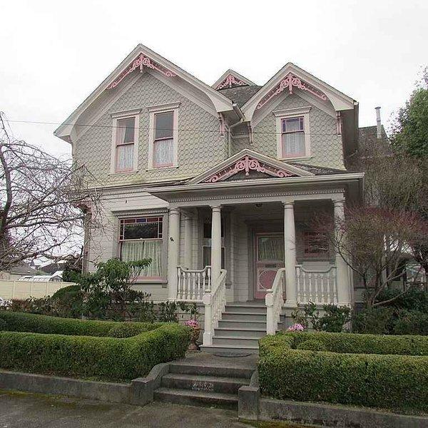 Queen Anne Victorian on Historic Hillsdale Street, vacation rental in Loleta
