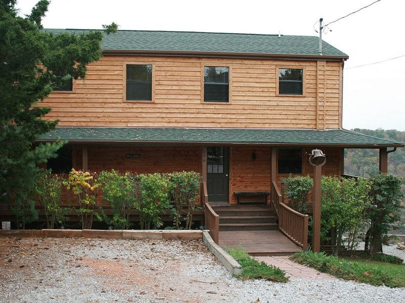 Center Hill ~ Best View On Lake ~ 3 Decks & Hot Tub, alquiler vacacional en Silver Point