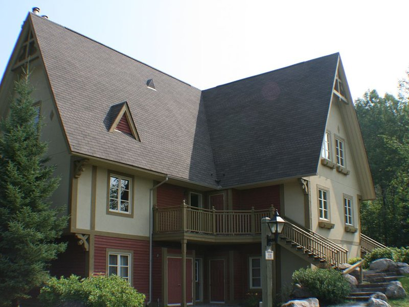 Mont Tremblant On-resort 4 bed sleeps 8, ski-in ski-out ... with skating rink, alquiler vacacional en Mont Tremblant