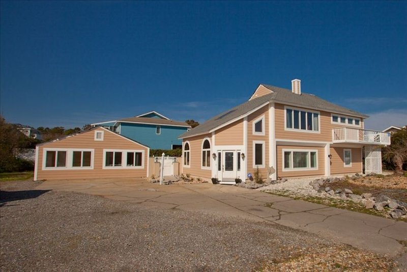Spacious Oceanview Home with Separate Guest Cottage, Pool with cabana, Hot Tub, alquiler de vacaciones en Virginia Beach