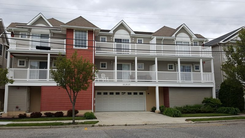 Upgraded! 3BR / 2BA Condo, 1.5 blocks to Beach & Convention Center. 1,500 sf, holiday rental in Wildwood