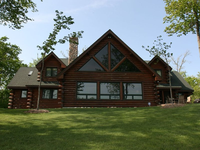 Gorgeous, Spacious Log Lake Home - Amazing View of 285 feet of Lake Shore!, holiday rental in McGregor