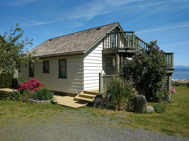 Seaside Cottage, 2 Bedrooms, Hot Tub, Gas Fireplace, Furnished Deck, Private, holiday rental in Quathiaski Cove
