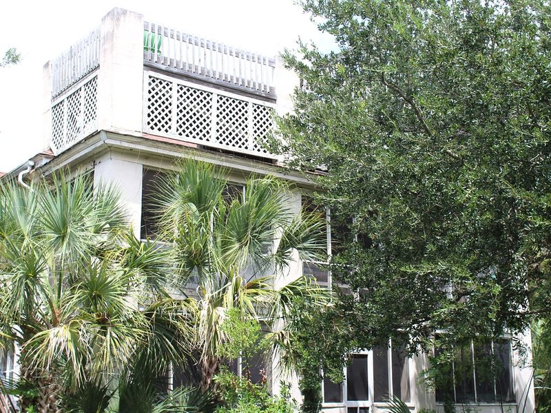 Lovely Historic Home on Sullivan's Island - Beach 100 Yds, Excellent Pricing., location de vacances à Sullivan's Island