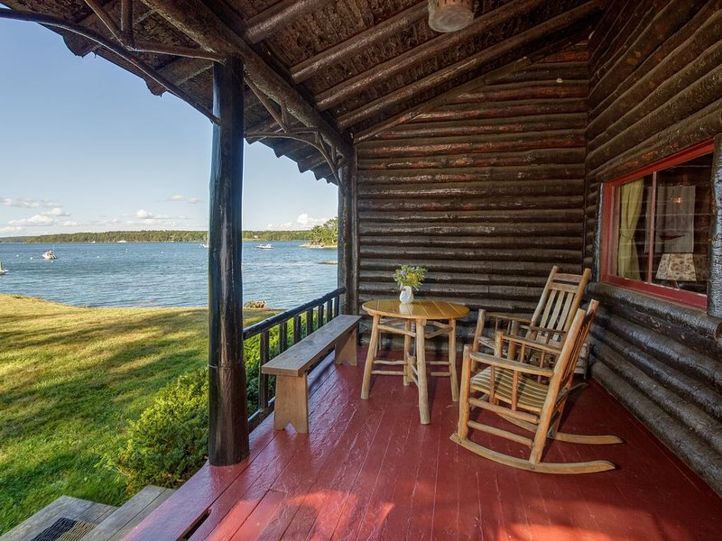 Authentic Log Cabin on Damariscotta River W/ Dock and Moorings, alquiler vacacional en Boothbay