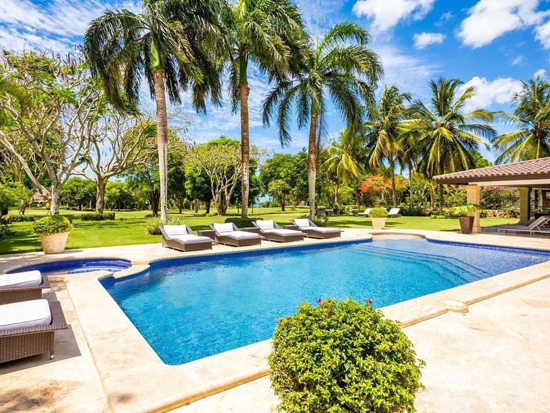 Vista a la piscina y al patio
