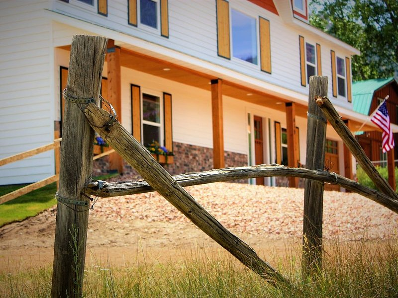Grandma 'Chelle's Farmhouse: Newly Built, Modern- Great for Families, Cool Quiet, holiday rental in Pine Valley