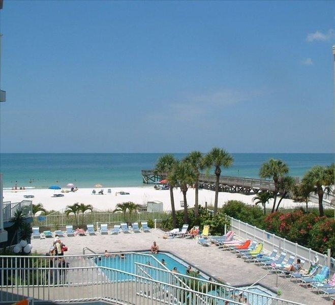 Vacation on the Beach at our Beach Palm Condo, casa vacanza a Redington Shores
