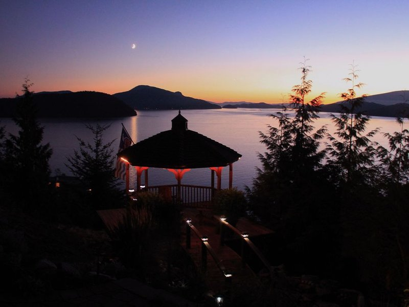 1-2 BR Luxury Oceanview Suite, 25 Min to Vancouver, holiday rental in Bowen Island