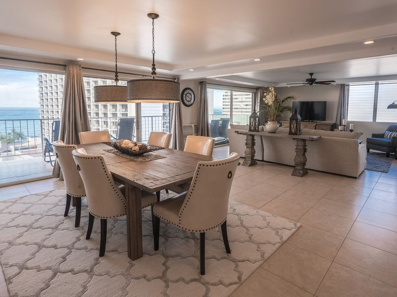 Luxury 2-Bedroom Waikiki Penthouse with Ocean Views, Free Parking and WIFI, holiday rental in Honolulu