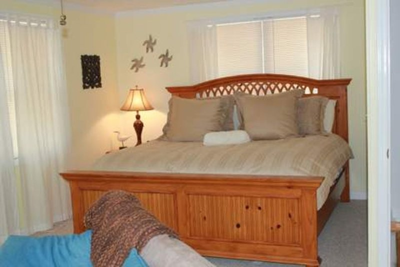 Beautiful Lakefront Home With Sandy Beach And Large Dock, vacation rental in Prosperity