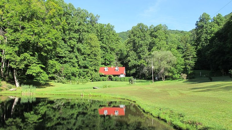 Jimbo's Farm - 53 Acre Retreat with Trout Pond and Stream, alquiler de vacaciones en Robbinsville
