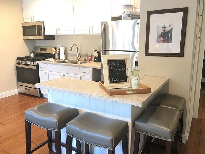 ***Priced for the season! A/C, Close to the beach, family & pet friendly., holiday rental in Huntington Beach