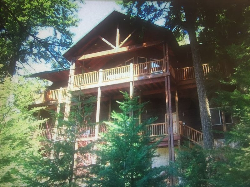 Custom Lake Home with Privacy & Million Dollar Views, vacation rental in Spirit Lake