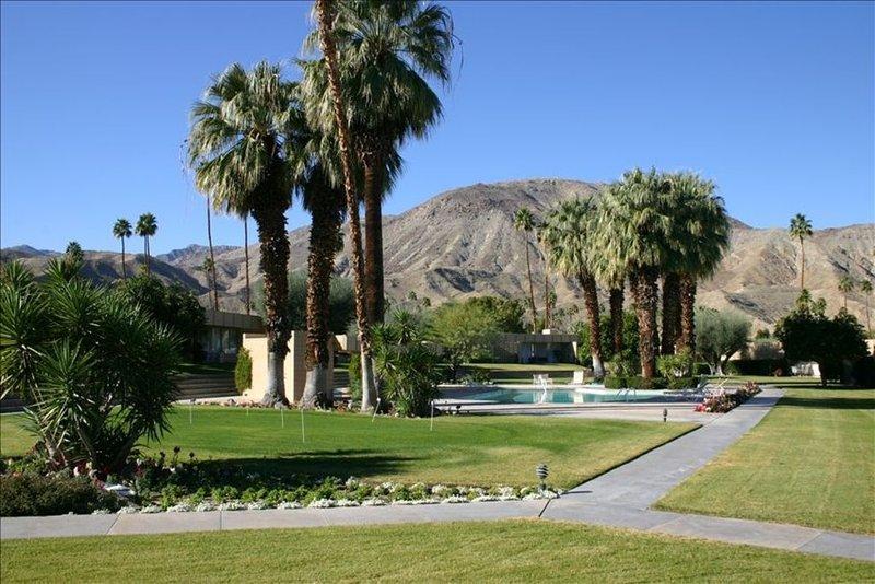 SANDPIPER.....Breathtaking Views of Mountains and Pool!, alquiler de vacaciones en Palm Desert