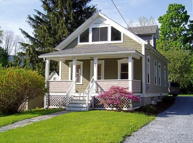 Charming Downtown Williamstown Cottage - 5 Min Walk to Campus, location de vacances à Savoy