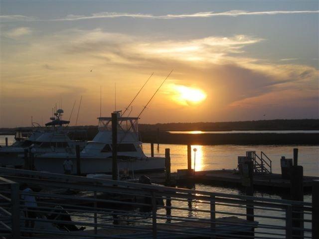 Coucher de soleil sur l'île Oak au restaurant Fish House du Blue Water Point Marina